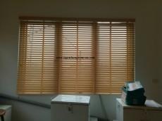 Ngân Hàng Rèm lắp đặt rèm sáo gỗ tự nhiên cho văn phòng